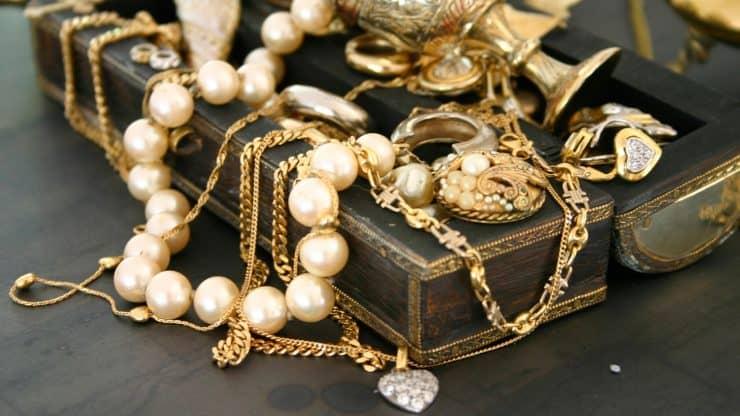 fall-winter-wardrobe-vintage-jewelry