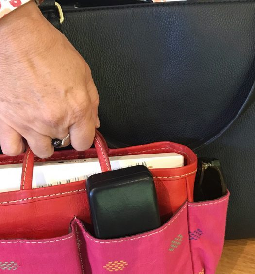 Reduce-the-Clutter-in-Your-Handbag